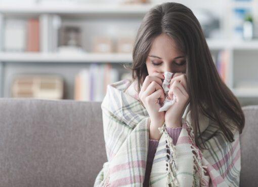 Havaların soğuması nedeniyle Ekim ayı itibariyle koronavirüs vaka sayısının artması bekleniyor. İç Hastalıkları Uzmanı Dr. Ömer İnan Ayata, grip aşısı olmanın koronavirüs pandemisi sürecinde çok önemli bir avantaj sağlayacağını belirtti. Özellikle soğuk havayla birlikte insanların kapalı yerlere gitmeye başlamasının da vaka sayısının artmasında olumsuz etki yaratacağını belirten Uzm. Dr. Ömer İnan Ayata, bu noktada grip aşısı olmanın alınacak önlemlerin başında geldiğini anlattı.