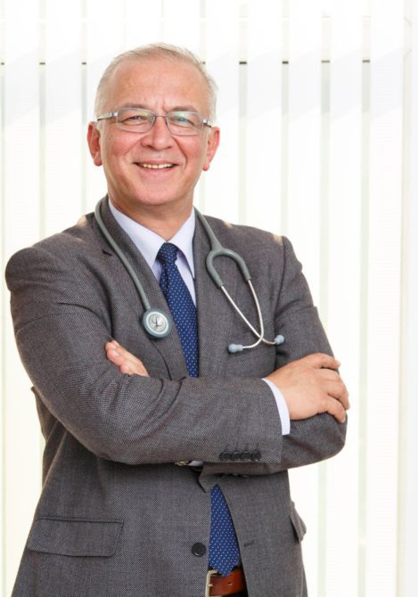 """Ege Üniversitesi Tıp Fakültesi Nefroloji Bilim Dalı Başkanı Prof. Dr. Ercan Ok, """"Evde hemodiyaliz yapan hastaların haftada 3 gün diyaliz merkezine belli saatlerde gitme zorunluluklarının ortadan kalktığını ve aktif olarak iş hayatına katıldıklarını söyledi"""