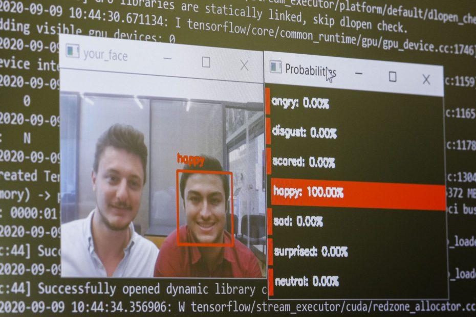 Bu robot, yüz ifadesi okuyup insan duygusunu tanıyabiliyor