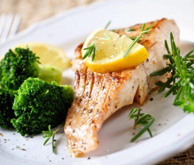 Bilinçsizce uygulanan çok düşük kalorili şok diyetler, ciddi hastalıklara yol açmakla birlikte yaşam kaybına kadar gidebilen sonuçlara neden olabiliyor. Uzun süreli açlık, düzensiz kilo alınıp verilmesi, tek besine dayanan beslenme planları ya da ilaç desteği ile zayıflama özellikle kalp ve damar sağlığını tehlikeye atıyor. Kardiyoloji Uzm. Dr. Nuri Cömert, yanlış diyet programlarının olumsuz etkileri ile ilgili bilgi verdi ve kalp sağlığı için önemli önerilerde bulundu.