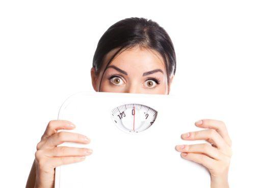 """Sonbaharla birlikte havaların soğuması ve hareketlerin azalması metabolizmanın yavaşlamasına neden olurken, kilo alma endişesi ve 'neden kilo veremiyorum' şeklindeki sorular da artıyor. Beslenme ve Diyet Uzmanı Yeşim Özcan """"Gün içinde en sık karşılaştığım sorulardan biri, ne yersem daha hızlı kilo veririm? oluyor. Ancak yağ yakan mucizevi bir besin ne yazık ki yok! Buna karşın yağ yakımını destekleyen besinler var"""" diyor. Kilo vermenin aslında sanıldığı kadar zor olmadığını, bunun basit bir matematik işlemi gibi düşünülebileceğini belirten Yeşim Özcan, yağ yakımını destekleyen besinleri ve kilo vermenin matematiğini anlattı, önemli uyarılar ve önerilerde bulundu."""