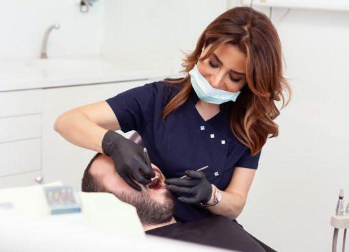Yamuk, çarpık dişler için kesin çözüm olan diş telini, bazı insanlar estetik kaygılar, kullanım zorluğu gibi nedenlerle tercih etmek istemeyebiliyorlar. Bu noktada hafif ve orta derecedeki yamukluklar için tel takmadan şeffaf plaklarla dişleri düzeltmek, yani hastaların tel takmadan düzgün diş sahibi olmaları mümkün.