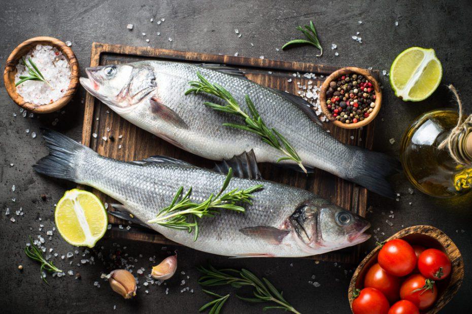 Özellikle küçük balıklarda tercih ettiğimiz kızartma yönteminde, yüksek ısıya maruz kalması nedeniyle yapılarının bozulması sonucu protein içeriği azalıyor. Ağırlığının yarısı kadar yağ çektiği için kalori miktarı ise artıyor. Balığın besin değerinin düşmemesi için ızgara, fırınlama veya buharda pişirme gibi daha sağlıklı teknikleri tercih edin. Balığı fazla pişirmeden, hafif sulu kalacak şekilde pişirmeye özen gösterin.