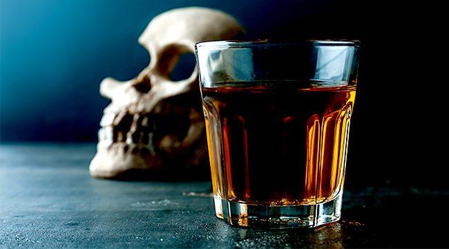 """Türkiye, art arda meydana gelen sahte içki kaynaklı ölüm haberleriyle sarsılıyor. Düşük maliyeti nedeniyle insan sağlığını gözetmeksizin imal edilen sahte içki, çeşitli sağlık sorunlarının yanı sıra ölümlere de neden oluyor. Doç. Dr. Yavuz Furuncuoğlu, """"Bir çay kaşığı içilmesi bile ciddi zehirlenmeye neden olabilir"""" açıklamasında bulundu."""