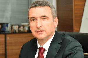 1968 yılında Ankara'da doğan Sabri Gökmenler, 1991 yılında ODTÜ Bilgisayar Mühendisliği Bölümü'nden mezun oldu ve 1995'te yüksek lisans yaptı