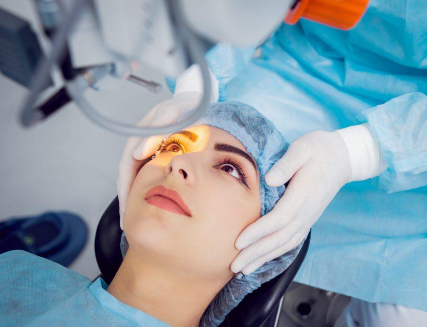 Op. Dr. Baha Toygar, gerekli tetkik ve muayeneler yapıldıktan sonra gerçekleştirilen lazer ameliyatlarının oldukça güvenli olduğunu belirtti.