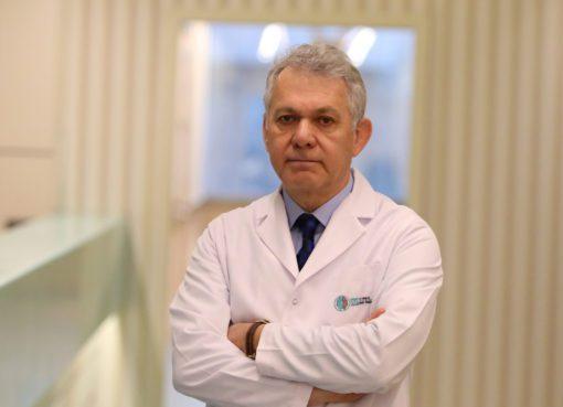 """KBB Uzmanı Prof. Dr. Murat Topak; """"Otoskleroz iç kulağın kemik bölümünden ve üzengi kemikçiğinin tabanından kaynaklanıyor"""" dedi."""