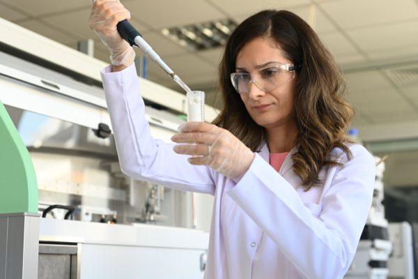 """1998 yılından beri tüm dünyada yetenekli bilim kadınlarına ilham vermek için L'Oréal ve UNESCO iş birliğiyle düzenlenen """"Bilim Kadınları İçin"""""""