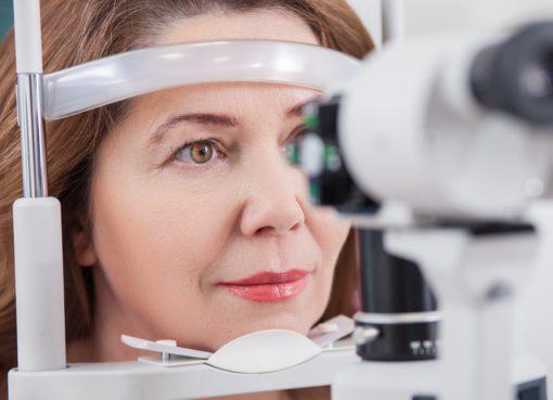 Op. Dr. Fevzi Akkan, ışık çakması, sinek uçuşması, ani görme kaybı gibi belirtilerin retina dekolmanının habercisi olabileceğini söyledi...