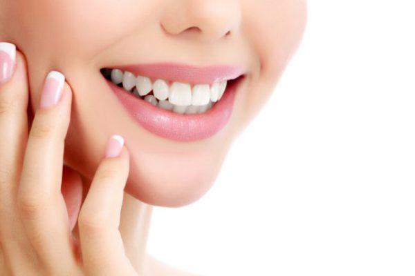 """Diş Hekimi Arzu Yalnız Zogun, """"Gülüş tasarımı, doktorluk ile sanatın beraber uygulanarak, kişiye özel ideal gülüşü yenilemektir"""" dedi."""