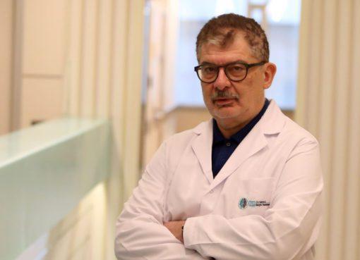 """Pandemi döneminin kalp hastalıklarını çok ciddi biçimde etkilediğini vurgulayan Prof. Dr. Mehmet Baltalı, """"Salgının yoğun olduğu dönemlerde insanlar hastaneye gitmekten çekindi. Yoğun bakım ünitelerine ağırlıklı olarak koronavirüse yakalanan hastalar kabul edildiği için ilk dönemlerde kalp hastası bireyler gerekli tedavi imkanlarını bulamadı. İlerleyen süreçte biraz daha fazla imkan bulmaya başlamalarına rağmen Covid-19'a yakalanma korkusuyla hastaneye gitmekten çekinmekteler"""" dedi."""