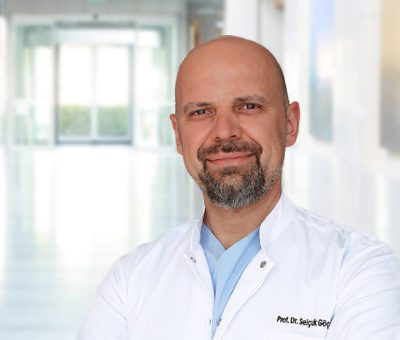 Beyin tümörleriyle ilgili bilgiler veren Anadolu Sağlık Merkezi Beyin ve Sinir Cerrahisi Uzmanı Prof. Dr. Selçuk Göçmen, beyin tümörlerinin hemen hemen her yaş aralığında görülebildiğine, ancak 10 yaş altı çocuklarda ve 70 yaş üzerindeki kişilerde daha yaygın görüldüğüne dikkat çekti.