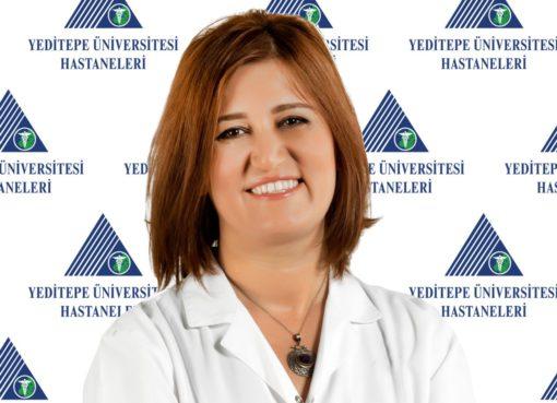 """Baharın gelmesiyle birlikte en sık konuşulan konulardan biri olan alerjilerin her geçen gün de önemi giderek artıyor. Zira araştırmalar alerjik hastalıkların hemen tamamında son yıllarda ciddi artış görüldüğünü gösteriyor. Bu noktada çevresel faktörler ve endüstrileşmenin çok büyük önemi bulunduğunu hatırlatan Yeditepe Üniversitesi Kozyatağı Hastanesi Çocuk Alerji ve İmmünoloji Uzmanı Prof. Dr. Hülya Ercan Sarıçoban, """"Özellikle solunum alerjilerinin ortaya çıkmasında çok ciddi etkisinin olduğunu biliyoruz. Egzoz dumanı, hava kirliliğinin artması, işlenmiş, paketli gıdalar, mikroplastikler, nanopartiküllerin yanı sıra özellikle içinde bulunduğumuz dönemde kullanımı artan deterjanların kullanılması ile birçok kimyasal ve bunların solunmasıyla birlikte alerjik tepkiler artıyor"""" diye konuştu."""
