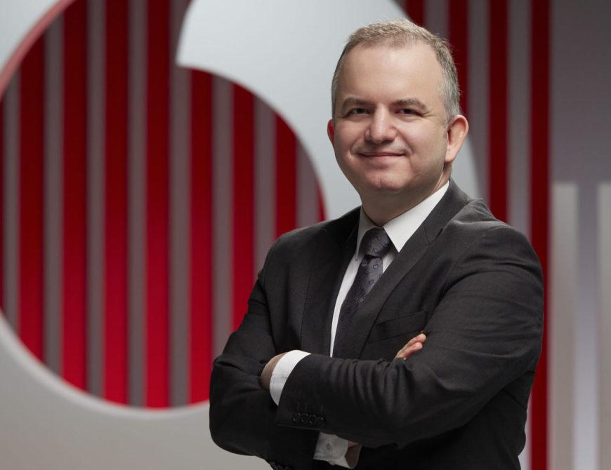 """Türkiye'nin dijitalleşmesine liderlik etme vizyonuyla faaliyet gösteren Vodafone, müşterilerine en iyi dijital deneyimi yaşatma hedefiyle yenilikçi ürün ve servisler sunmaya devam ediyor. Sadece iletişim hizmetleri sunmanın ötesine geçerek faaliyet alanlarına sigorta acenteliğini de ekleyen Vodafone, yeni kurduğu sigorta acentesi Vodafone Sigorta Aracılık Hizmetleri aracılığıyla, Aksigorta teminatıyla verilen """"Doktorum Yanımda"""" ürününü duyurdu. Vodafone Yanımda uygulamasından yönlendirmeyle erişilen """"Doktorum Yanımda"""" kapsamında, lansmana özel yılda sadece 60 TL'ye, ferdi kaza sigortasının yanı sıra sınırsız online sağlık danışmanlığı, yılda 6 adede kadar psikolojik danışmanlık ve diyetisyen hizmeti ile birlikte tek seferlik checkup hizmeti de sunuluyor."""