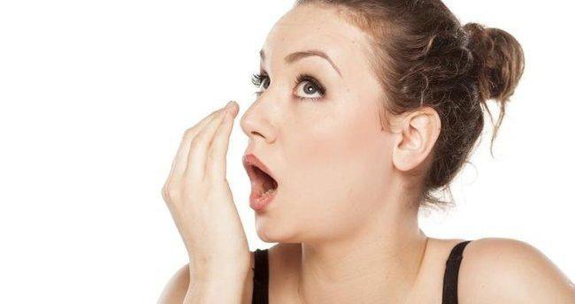 Ramazan ayında yaşanan ağız ve diş sağlığı ile ilgili sorunlardan birinin de ağız kokusu olduğunu ifade eden Periodontoloji Uzmanı Dt. Halil Çelik, ağız kokusunun toplumda sık görülen, bireylerin sosyal hayatlarında ciddi sorunlara yol açan, moral ve motivasyon düşüklüğüne neden olan bir sorun olduğunu belirtti.
