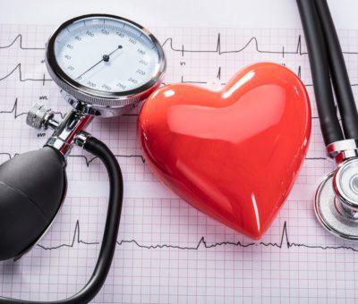 """Çoğunlukla yüksek kan basıncı olarak bilinen hipertansiyon, kan basıncının yükseldiği kronik (süregen) bir hastalıktır. Kan basıncının yüksek olduğu kişilerin çoğu, yıllarca bunun farkında olmayabilirler. Çoğunlukla herhangi bir semptom görülmez, ancak yüksek kan basıncı tedavi edilmediğinde, tüm vücuttaki atardamarlara ve yaşamsal önemi olan organlara hasar verebilir. Bu nedenle yüksek kan basıncı çoğunlukla """"sinsi katil"""" olarak adlandırılır. Dünya Hipertansiyon Günü, yüksek kan basıncından kaynaklanan önlenebilir hastalıklar olan inme (felç), kalp ve böbrek hastalıklarına dikkat çekmek ve halkı korunma, tanı ve tedavi konusunda bilgilendirmek amacıyla organize edilmektedir. Her yıl 17 Mayıs, Dünya Hipertansiyon Günü olarak kutlanmaktadır."""