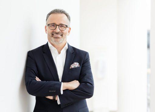 """Henkel CEO'su Carsten Knobel, """"Tüm iş birimlerimizin de katkıları sayesinde, ilk çeyrekte oldukça iyi bir iş performansına ulaştık. Piyasalarımızda süregelen belirsizliğe rağmen endüstriyel talebin beklenenden çok daha hızlı şekilde toparlanması ele alındığında, iş gelişimine ilişkin olarak yılın kalan bölümü için iyimser bir öngörüye sahibiz. Güçlü yıl başlangıcımızın ardından, bugün itibariyle satış ve kar hedeflerimizi yükseltmiş bulunuyoruz"""" şeklinde açıklamalarda bulundu."""