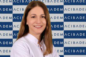 Acıbadem Maslak Hastanesi Fizik Tedavi ve Rehabilitasyon Uzmanı Prof. Dr. Meral Bayramoğlu, günde üç-dört kez 15-20 dakikalık egzersiz yaparak önemli faydalar sağlanabileceğini, ancak sakatlanmalara yol açmamak için bazı kurallara çok dikkat edilmesi gerektiğini belirtiyor. Fizik Tedavi ve Rehabilitasyon Uzmanı Prof. Dr. Meral Bayramoğlu, evde egzersiz yaparken dikkat edilmesi gereken kuralları anlattı, önemli uyarılar ve önerilerde bulundu.
