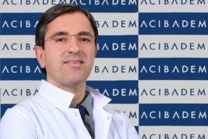 """Acıbadem Altunizade Hastanesi Kardiyoloji Uzmanı Prof. Dr. Sinan Dağdelen, """"Covid-19 tedavisi sürecinde ve sonrasında yaşanan sorunlar, uzun dönemli etkiler yapılan araştırmalarla bir bir ortaya çıktıkça almamız gereken önlemler, dikkat etmemiz gereken noktalar da artıyor. Çünkü hastalıktan en çok etkilenen yapılar, solunum ile kalp ve damar sistemleri olarak karşımıza çıkıyor. Kalp damar sisteminde meydana gelebilecek sorunların her biri hayatı tehdit edecek ciddiyette olabiliyor"""" dedi."""