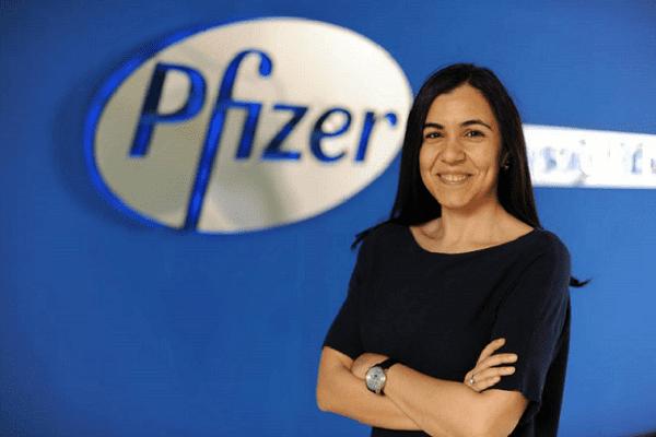 ODTÜ Makine Mühendisliği bölümünden mezun olan Çağla Hullu, Sabancı Üniversitesi'nde İşletme yüksek lisansı yaptı. İlaç endüstrisindeki kariyerinde, 2008 yılında Pfizer Türkiye'ye katıldıktan sonra artan ürün sorumlulukları üstlenerek üroloji, onkoloji ve dahili uzmanlıklar portföylerinde çalıştı. Pfizer Türkiye Çok Kanallı Pazarlama Müdürü olarak Pfizer Global Ticari Operasyonlar Departmanı'na katılan Çağla Hullu, 2017 yılında Avrupa Orta Ölçekli Pazarlar Çok Kanallı Pazarlama Liderliği sorumluluğunu almış, 20'nin üzerinde ülkede sağlık profesyonellerine yönelik dijital portal lansmanları, gerekli altyapı ihtiyaçlarının karşılanması ve dijital uygulamaların etkin şekilde hayata geçmesine liderlik etti. Son olarak Pfizer Türkiye Global Ticari Operasyonları Lideri olarak takımıyla birlikte tüm satış ve pazarlama aktivitelerine kapsamlı destek vererek çözüm ortağı olarak çalıştı.