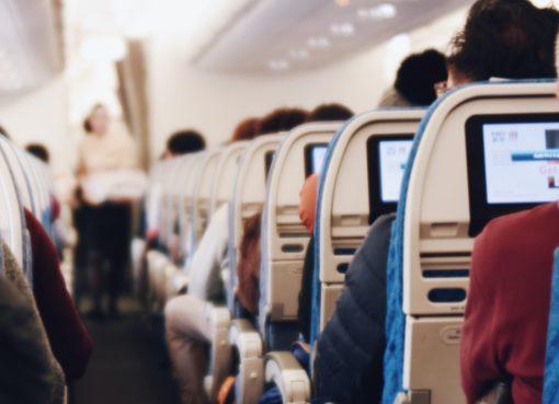 Havayolu seyahatleri özellikle zamandan tasarruf etmek isteyenlerin sıklıkla tercih ettiği bir ulaşım alternatifi olmasına rağmen, yeterli önlem almayan pek çok insan için kulak sağlığı konusunda ciddi tehlikeler barındırıyor. Özellikle yaz aylarının gelişiyle birlikte tatil için uçak yolculuğunu tercih edenlerin kulak sağlığına dikkat etmesi ve seyahat öncesi alınacak bazı önlemlerle olası risklerden kaçınması öneriliyor.