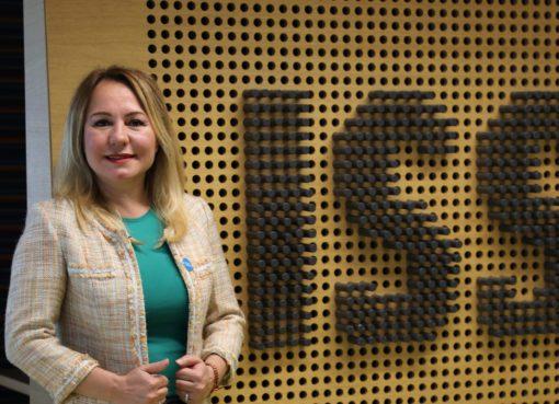 Mari Bengi, Boğaziçi Üniversitesi Felsefe Bölümünden mezun olduktan sonra Marmara Üniversitesi İnsan Kaynakları Yönetiminde Yüksek Lisans derecesini aldı.