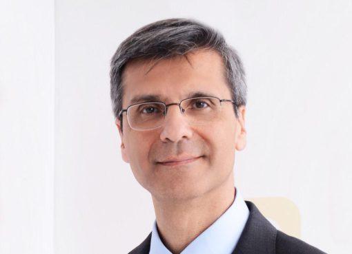Yalım Üner, 1986 yılında Ege Üniversitesi Tıp Fakültesi'nden mezun olduktan sonra ilaç sektöründe ulusal ve uluslararası şirketlerde önemli görevlerde bulundu.