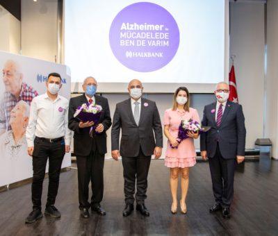 """Alzheimer'in toplumun giderek daha geniş kesimlerini ilgilendiren bir hastalığa dönüşmesi nedeniyle Halkbank, 21 Eylül Dünya Alzheimer Günü'nde İstanbul'da ve Ankara'daki Halkbank Genel Müdürlük binalarında Medikal Turizm Derneği organizasyonunda, Uzman Dr. Sinan İbiş ile """"Büyüklerimiz Yalnız Değiller"""" etkinliklerini düzenledi."""