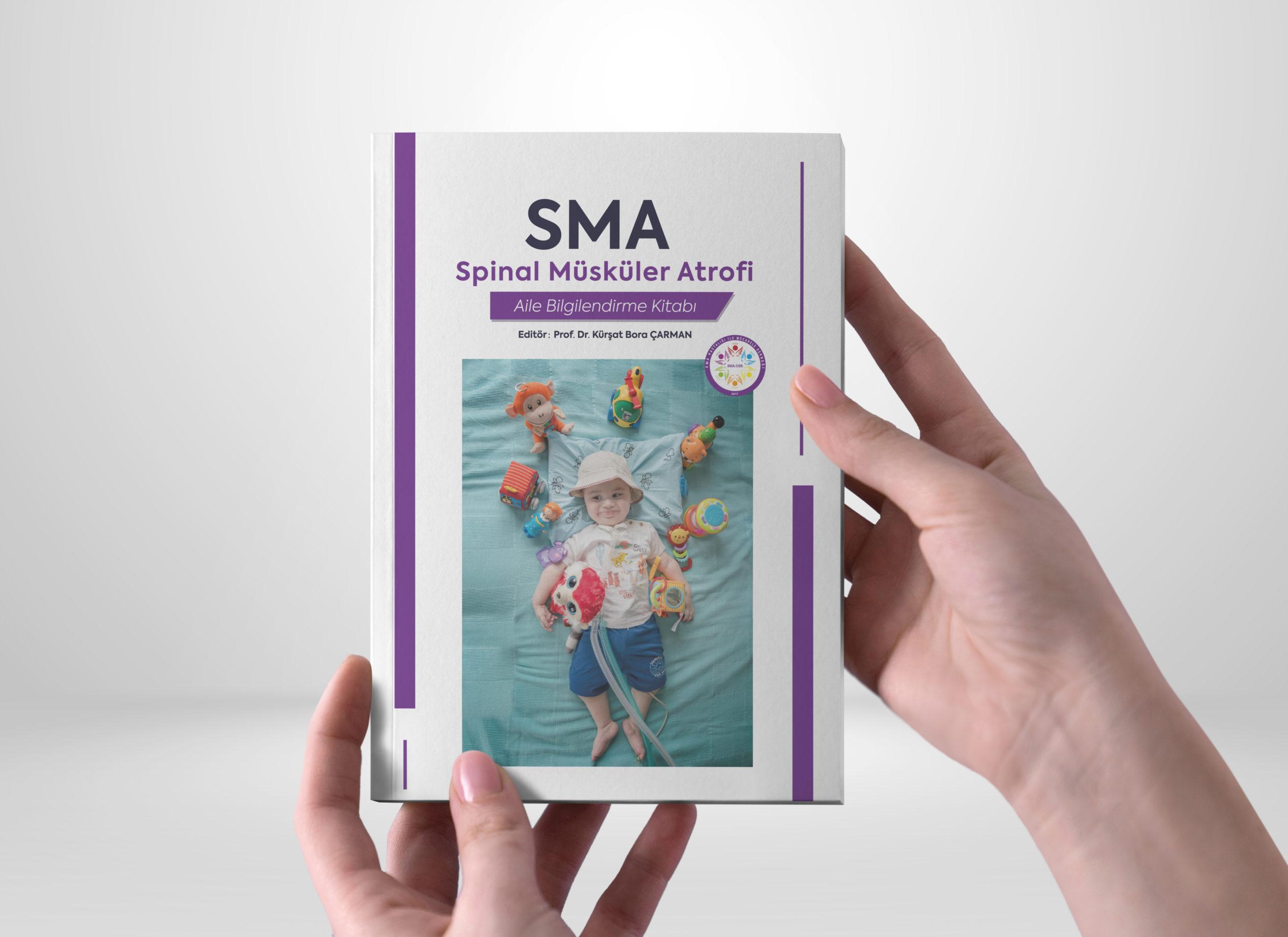 """SMA Aile Bilgilendirme kitabının editörü Prof. Dr. Kürşat Bora Çarman, kitapta SMA'nın nedenleri, sıklığı, klinik özellikleri, tanılama süreci, hastalıkta etkilenen diğer sistemler, güncel tedavi yöntemleri ile ilgili bilgilere yer verdiklerini açıkladı. Prof. Dr. Çarman, kitabın içeriği ile ilgili olarak sözlerine şöyle devam etti: """"Trakeostomi ve gastrostomi sonrası hasta yakınlarının zorlandıkları noktaları tespit ederek; trakeostomisi olan hastaların bakımında temel amaçlar, aspirasyon, stoma bakımı ve pansumanı, trakeostomili ve gastrostomi hastalarda sıkça karşılaşılan problemler ve yapılacak işlemlere değindik. Fizik tedavi uygulamaları ve SMA tanılı bir çocuğun ebeveyni olmak bölümlerinde bakım verenlerden sıkça gelen soruları yanıtlamaya çalıştık. Son olarak da SMA hastası bir çocuğa sahip ebeveynler, kendi deneyimlerini ve geliştirdikleri pratik yöntemleri diğer hasta yakınları ile paylaştılar."""