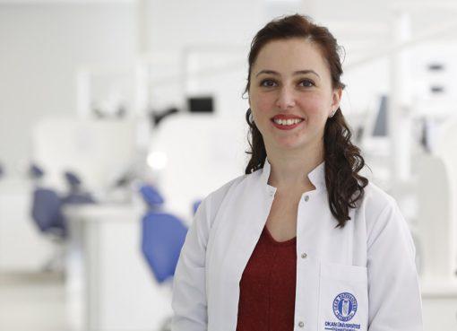 """""""Toplumumuzda malesef 'Apseli dişlerde antibiyotik kullanılmadan, dental hiçbir işlem yapılamaz' gibi bir bilgi kirliliği var. Antibiyotikler; sanıldıkları gibi masum ilaçlar değildir, ağrıyı kesmezler ve dental enfeksiyon kaynağını ortadan kaldırmazlar"""" diyen İstanbul Okan Üniversitesi Diş Hastanesi Endodonti Bölümü'nden Dr. Öğr. Üyesi Burçin Arıcan Öztürk, açıkladı."""