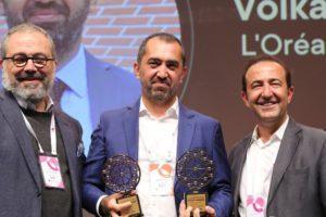 Satış ekosisteminin gelişimine katkı sağlayan liderlerin jüri puanlarıyla belirlendiği LiSA Galası, Sales Network Summit kapsamında gerçekleşti. L'Oréal Türkiye Profesyonel Ürünler Divizyonu Genel Müdürü Volkan Yıldız, L'Oréal Türkiye'yi temsilen hem FMCG (Gıda Dışı) kategorisinin kazananı oldu hem de LiSA jürisinden en yüksek puanı alarak Yılın Lideri seçildi. Yıldız, sahip olduğu zengin tecrübe, bilgi birikim ve liderlik özellikleriyle L'Oréal Türkiye'nin başarılarında kilit rol oynayarak ödülü almaya hak kazandı.