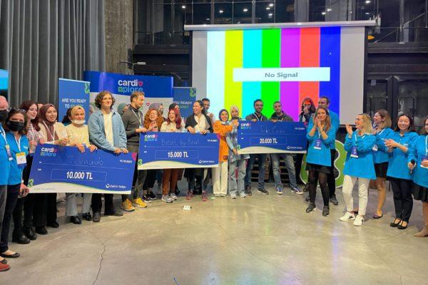 Almanya, Portekiz, Belçika, İspanya ile aynı anda gerçekleştirilen CardioXplore Sağlık Hackathonu'nun Türkiye ayağı, 14 -15 Ekim 2021 tarihleri arasında İstanbul'da düzenlendi. 18 yaş üstü herkesin katılımına açık olan ve başvuruların çevrimiçi kanallardan bireysel olarak gerçekleştirilirken, ekipler hackathon sırasında oluşturuldu.