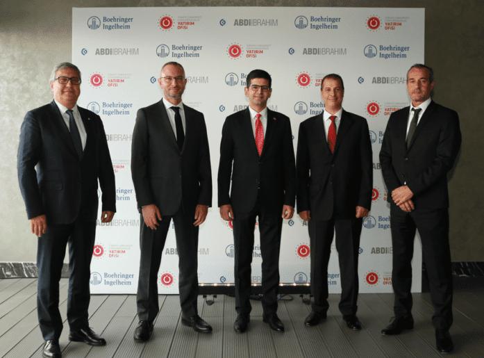 """İlaçta yerelleşme çalışmalarımız kapsamında önemli bir işbirliğine imza atmanın mutluluğunu yaşıyoruz. Boehringer Ingelheim ile yerli üretim alanında yaptığımız iş birliğine ilişkin lansman töreni, Cumhurbaşkanlığı Yatırım Ofisi'nin ev sahipliğinde 6 Ekim'de CVK Park Bosphorus'ta gerçekleştirildi. İmza attığımız bu anlaşma kapsamında hem Türkiye'deki hem de Cezayir'deki üretim tesislerimizde Boehringer Ingelheim'ın yenilikçi ürünlerini üreteceğimizi dile getiren CEO'muz Dr. Süha Taşpolatoğlu, """"Bu hamle Türkiye'nin ilaçta etkin bir oyuncu olma hedefine hizmet ediyor ve Abdi İbrahim olarak buna katkı sunmanın gururunu yaşıyoruz"""" dedi."""