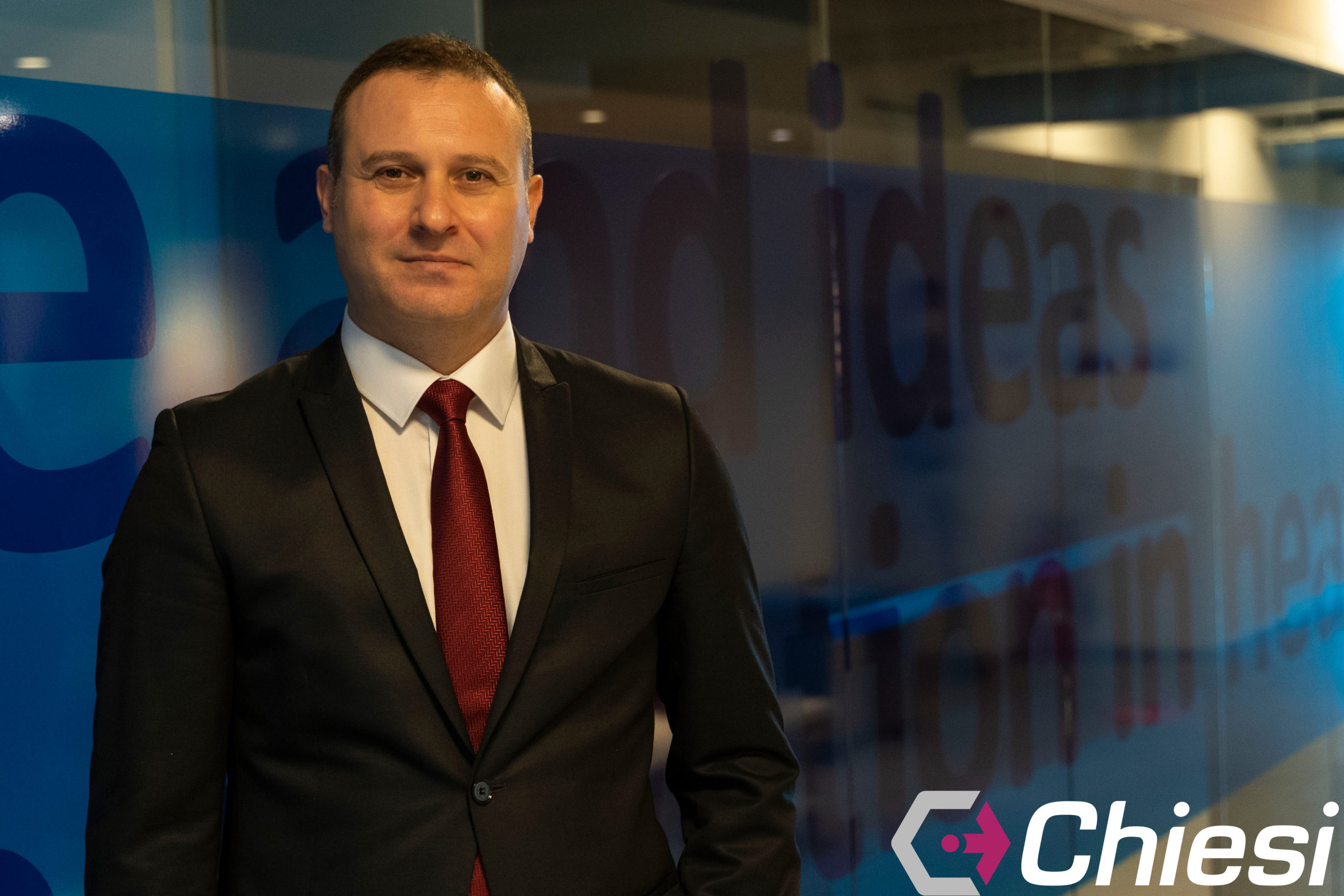 Emre Kara, 2003 yılında İstanbul Üniversitesi Tıp Fakültesi'nden mezun oldu, ardından Koç Üniversitesi'nde Executive MBA eğitimini tamamladı.