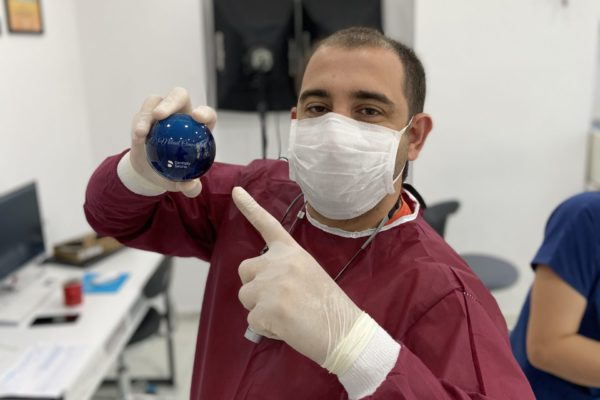 Diş estetiği prosedürleri, diş tedavisi teknolojilerindeki gelişmelere paralel olarak sürekli gelişiyor. Diş kliniklerinin sayısındaki artış ve yüz estetiğine verilen önemin artması da diş estetiği prosedürlerinin sosyal kabulüne katkı sağlıyor. Bu çerçevede kişinin görünümünü güzelleştiren diş estetiği tasarımı uygulamalarına talep de arıyor.